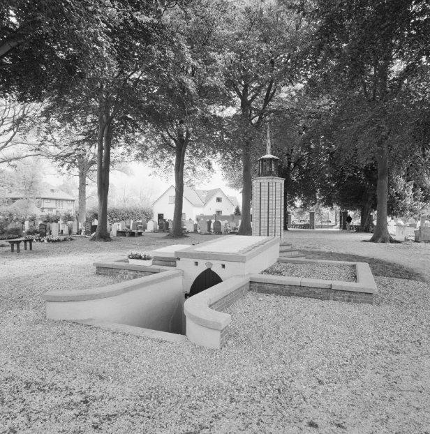 overzicht_priestergraf_in_grafkelder_met_ingang_en_grafmonument_-_noordwijk-binnen_-_20353164_-_rce